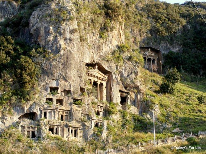 المقابر الصخرية