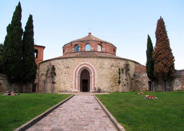 كنيسة سانت أركانجيلو في بيروجيا الإيطالية
