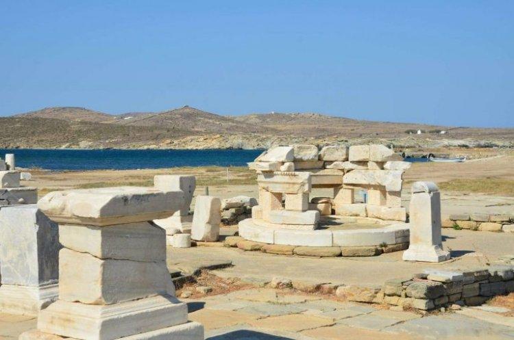 المسرح و بيوت ديونيسوس في جزيرة ديلوس اليونانية