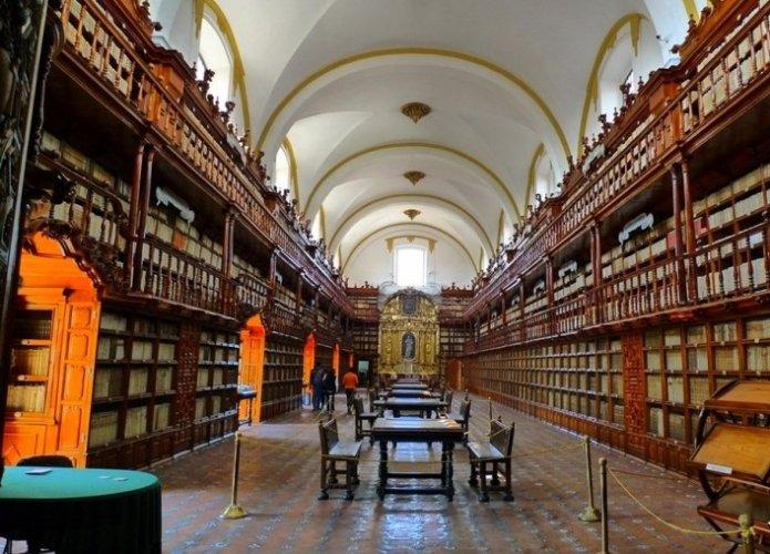 مكتبة بالافوكسيانا في مدينة بويبلا المكسيكية