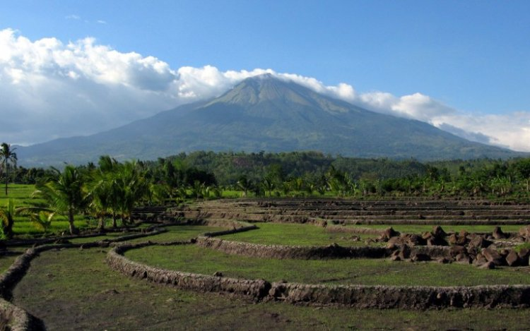 بركان كانلاون في جزيرة نيجروس الفلبينية