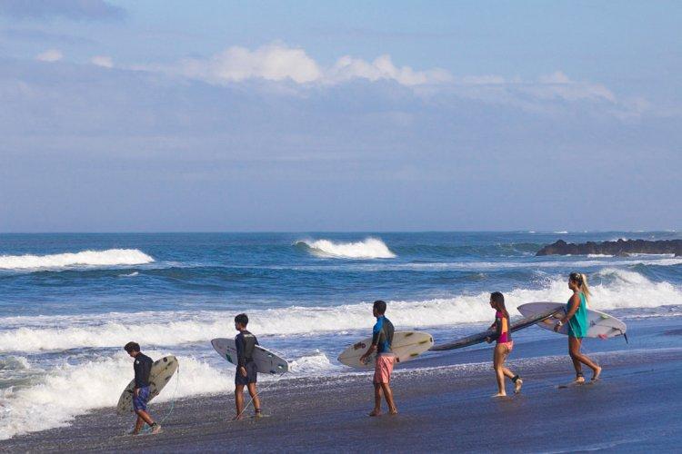 ركوب الأمواج في شاطئ كانجو