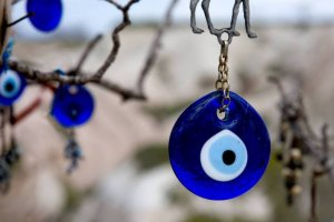 العين الزرقاء تحمي من العين
