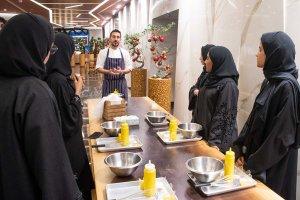 طلاب كلية دبي للسياحة الإماراتيين