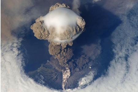 لحظة ثوران بركان ساريتشيف في روسيا