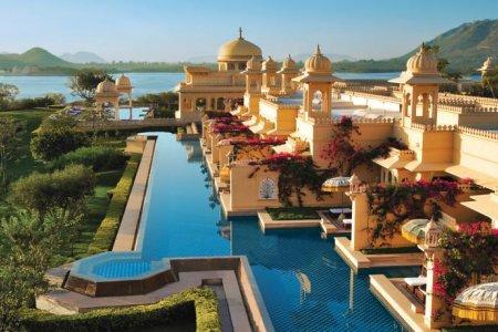 يقع فندق Udaivilas أبروي على ضفاف بحيرة بيكولا