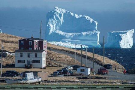 """جبل جليدي يمر من بلدة """"فيريلاند"""" بكندا"""
