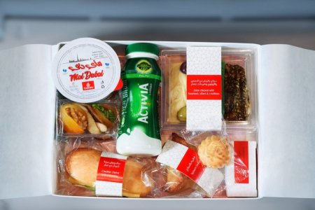 تقدم طيران الإمارات لركابها الصائمين على بعض الرحلات علب إفطار طوال شهر رمضان المبارك
