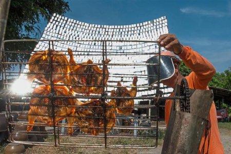 مطعم يشوي الدجاج بواسطة ضوء الشمس في تايلاند