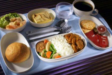 طيران الامارات توفر وجبات افطار للصائمين على متن رحلاتها في رمضان
