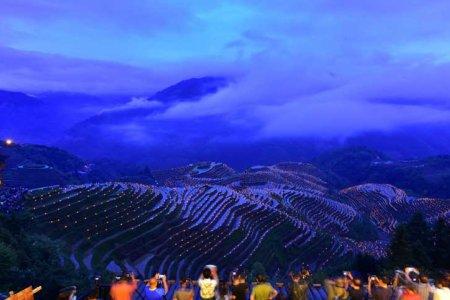 المشاعل تضئ الحقول في مهرجان محلي في الصين