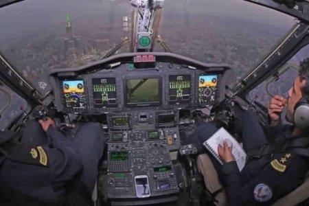 صورة لاثنين من رجال طيران الامن فوق سماء الحرم المكي