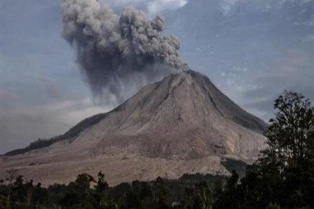 الرماد البركاني الصاعد من جبل إغونغ