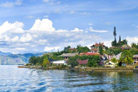 بحيرة توبا في إندونيسيا