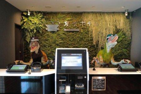 موظفين الاستقبال في فندق Henn na