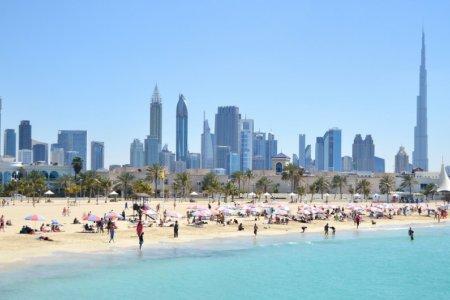 السياح في شاطئ جميرا
