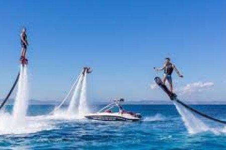 أحد الرياضات المائية في دبي