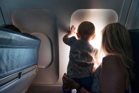 طفل في الطائرة