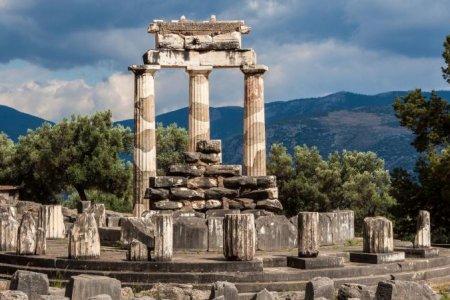 معبد دلفي في نافباكتوس اليونانية