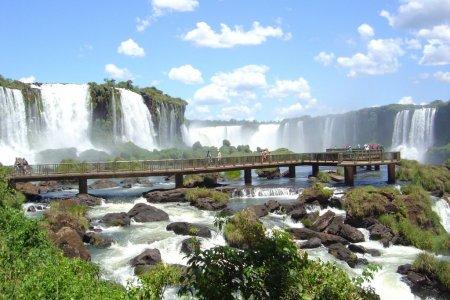 السياح يستمتعون برؤية شلالات اجوازو