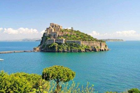 قلعة اراغونيز في إيطاليا