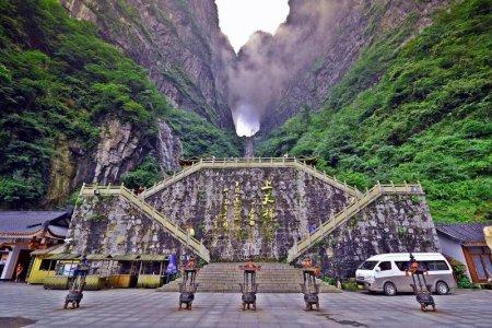 بوابة السماء في جبال تيان منشان في الصين