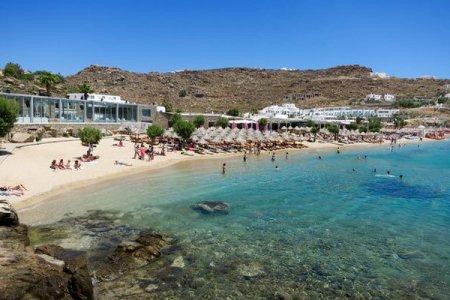 شاطئ برادياس في جزيرة ميكونوس اليونانية