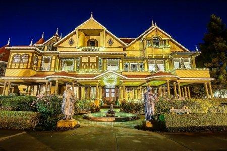 قصر وينشستر الغامض ليلًا