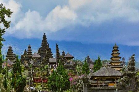 معبد بورا بيساكيه في جزيرة بالي إندونيسيا