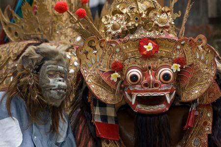 رقصة الكيشاك في أولو واتو في بالي - إندونيسيا