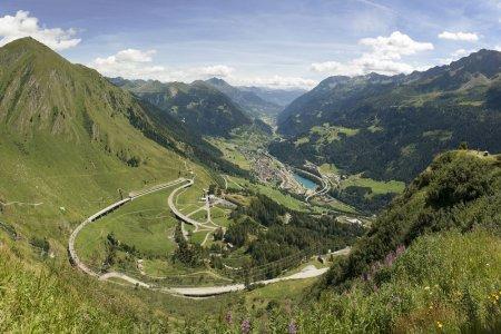 جبال غوتهارد باس في سويسرا