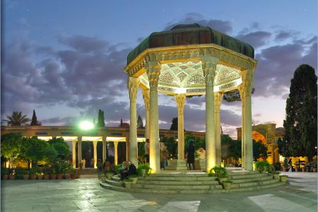ضريح حافظ الشيرازي في إيران