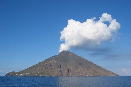 بركان سترومبولي في صقلية - إيطاليا