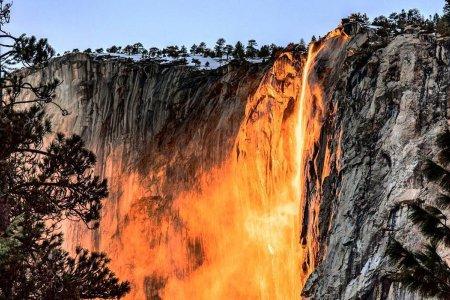 شلالات النار في كاليفورنيا في أمريكا
