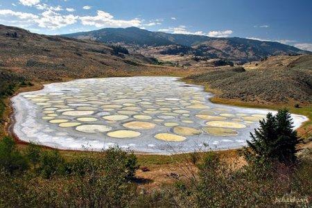 البحيرة المرقطة بألوانها المتميزة التي تظهر في فصل الصيف