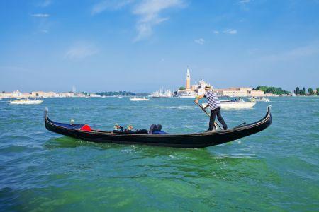 ركوب قارب الجندول في فينيسيا