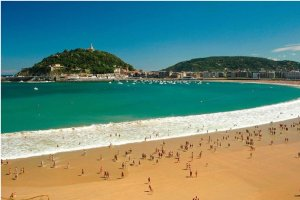 شاطئ لا كونشا في اسبانيا