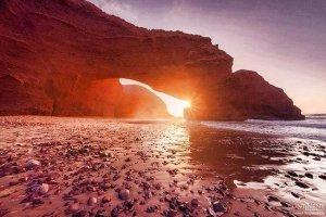 أشعة الشمس الذهبية بشاطئ لكزيرة