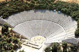 مسرح دلفي في اليونان