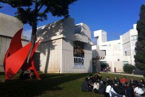 بعض الأشخاص في متحف فانداسيو خوان ميرو