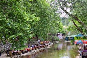 المطاعم علي نهر نيلوفر في قرية ميسي بورصة