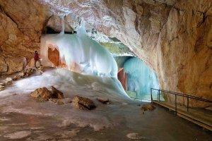 الشلالات المتجمدة داخل كهوف إيزرايسنفلت