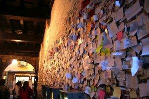 جدار النفق الملئ بالرسائل