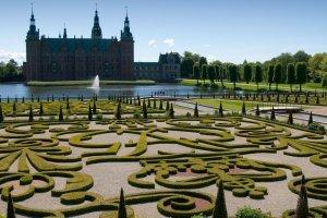قصر وحدائق فردريكسبورج في الدنماراك