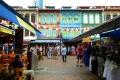 السياح في الحي الصيني بسنغافورة